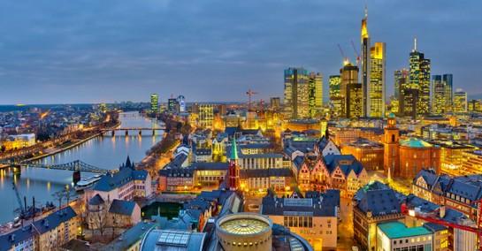 Drohnenshow lässt Altstadt in Frankfurt in neuem Lichterstrahlen